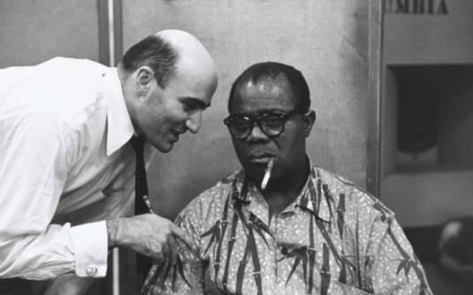 Louis Armstrong sigara içiyor